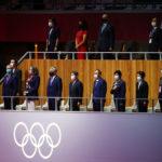 【動画】天皇陛下の開会宣言中も菅首相と小池都知事が着席で不敬すぎる!世間の反応も!