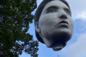 代々木公園に突如現れた気球が『首吊り気球』と話題に!見れるのはいつまで?